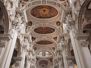 Meisterwerk - Deckenmalerei und Säulenkonstruktion im Passauer Dom St. Stephan