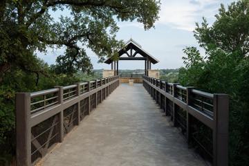 Мост к беседке в городском парке