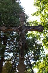 Altes Steinkreuz mit dem gekreuzigten