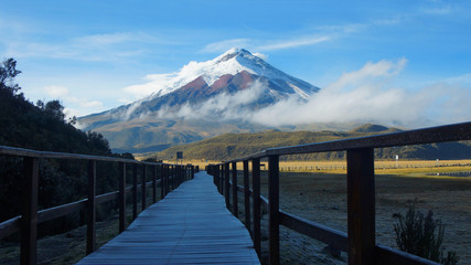 Wooden path near the Limpiopungo lagoon with the Cotopaxi volcano in the background on a cloudy morning - Ecuador Fototapete