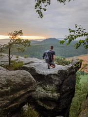 Mann Wanderer Ausblick auf Gipfel Felsen