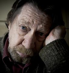 Uomo anziano, triste, depresso.