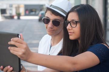 frère et soeur faisant un selfie en extérieur