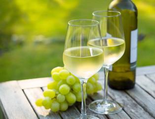 Weißwein, Trauben, Weinflasche