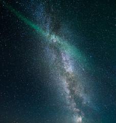 Milchstrasse über Island mit einem schmalen Streifen Nordlicht