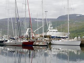 Hafen Isafjordur Island mit Segler und Grundschleppnetzfischer
