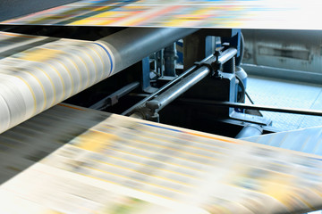 Zeitungsdruck mit einer Rollenoffsetmaschine in einer Großdruckerei // Newspaper printing with a web offset press in a large print shop