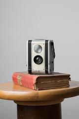 Vieille camera posée sur livre ancien