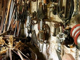 Altes Werkzeuge und Ersatzteile in einer Werkstatt in Rudersau bei Rottenbuch im Kreis Weilheim-Schongau in Oberbayern