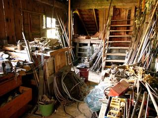 Verlassene alte Werkstatt mit Werkzeug auf einem Bauernhof in Rudersau bei Rottenbuch im Kreis Weilheim-Schongau im schönen Oberbayern