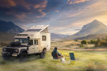 In de dag Kamperen Urlaub mit dem Rover in der Natur