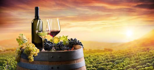 Butelka I WineGlasses Na Beczce W Winnicy O Zachodzie Słońca