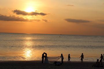 Brautpaar am Strand bei Sonnenuntergang