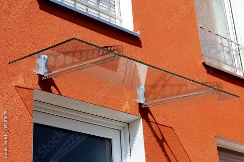 haust r vordach aus glas glass canopy front door stockfotos und lizenzfreie bilder auf. Black Bedroom Furniture Sets. Home Design Ideas