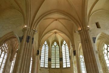 Voûtes et vitraux de l'églsie Saint-Pierre à Senlis, France