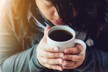 Beautiful women are drinking coffee in the morning. Beautiful woman drinking coffee Keep the body warm
