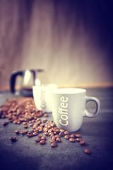 Aluminium Prints Coffee beans cafetière avec tasse et grains de café