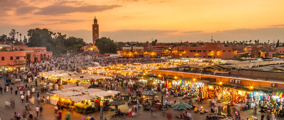 In de dag Marokko Jamaa el Fna market square, Marrakesh, Morocco, north Africa. Jemaa el-Fnaa, Djema el-Fna or Djemaa el-Fnaa is a famous square and market place in Marrakesh's medina quarter.