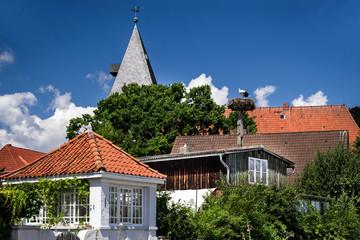 Kirchturm und Storchennest in Hitzacker im Sommer