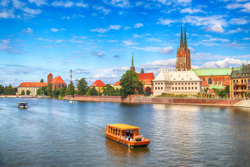Foto op Canvas Moskou WROCLAW, POLAND - AUGUST 14, 2017: Wroclaw Old Town. Cathedral Island (Ostrow Tumski) is the oldest part of the city. Odra River, boats and historic buildings on a summer day.