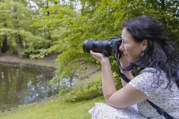 Fotograf podczas wykonywania zdjęcia