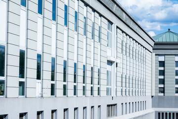 grattacieli moderni e futuristici a cielo aperto in vetro blu