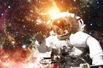 Astronauta w kosmosie. Galaxy i gwiazdy w tle. Elementy tego obrazu dostarczone przez NASA.