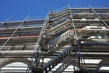 Gerüst für die Renovierung der Fassade eines Verkaufsgebäudes