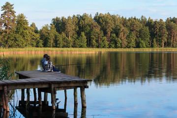 Dzieciaki łowią ryby z pomostu