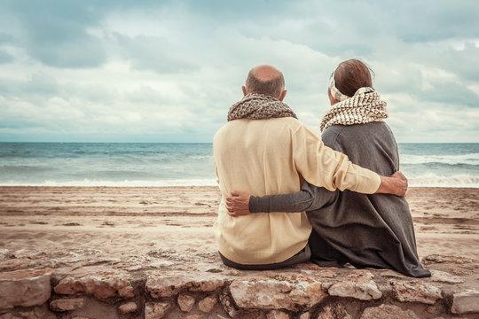 Senioren entspannen am Strand