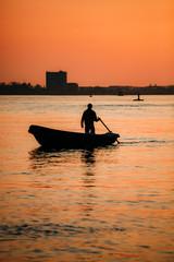 Fischer im Sonnenuntergang auf der Elbe