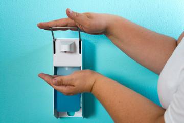 Hände desinfizieren in der Praxis nach  Richtlinien RKI