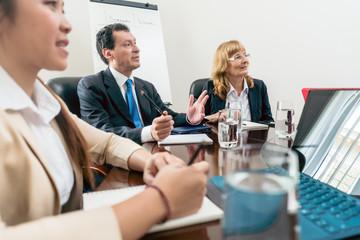 Geschäftsleute, Männer und Frauen, beim Meeting und der gemeinsamen Entwicklung von Ideen für besseres Business