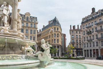Papiers peints Fontaine Lyon, place des Jacobins, the fountain and attractive facades, charming area