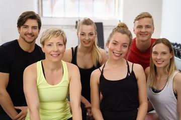 gruppe im fitness-studio