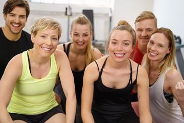 motivierte gruppe trainiert im fitness-studio