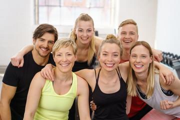 lachendes team macht sport im studio