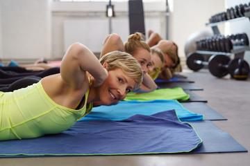 gruppe trainiert die rücken-muskulatur