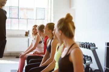 trainer im fitnessstudio mit einer gruppe