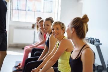 moderne junge frau im fitnessstudio