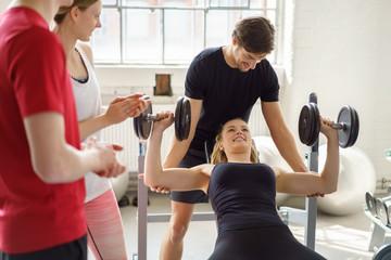 frau trainiert mit gewichten im fitness-club