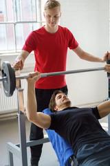männer machen krafttraining im fitness-studio