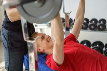 mann trainiert mit gewichten