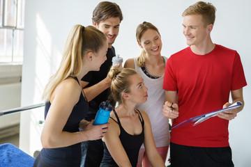 trainert bespricht das programm mit einer gruppe sportler