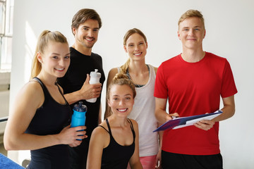 sportler mit trainer im fitness-studio