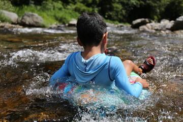 子どもの川遊び