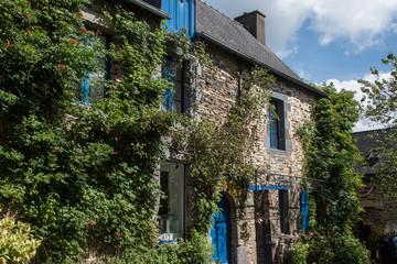 Vieilles maisons traditionnelles à La Gacilly, lieu d'une exposition photo extérieure renommée en France
