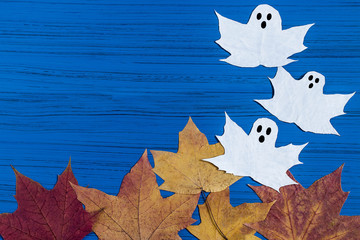 Making ghosts from maple leaves to Halloween. Step 5