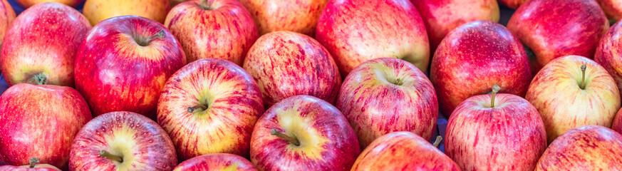 Fundo vermelho com maçãs.