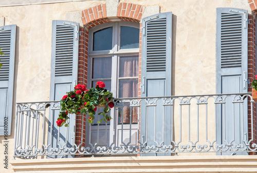 devanture de maison urbaine avec balcon photo libre de droits sur la banque d 39 images fotolia. Black Bedroom Furniture Sets. Home Design Ideas